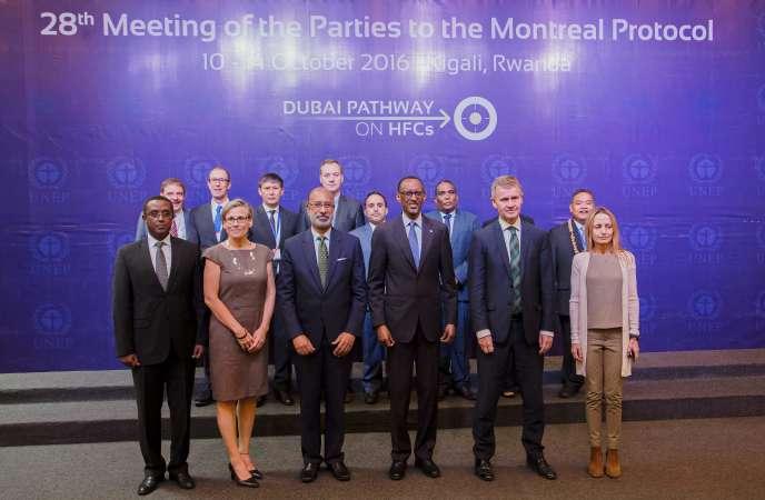 Le president rwandais Paul Kagame entouré des participants du sommet de Kigali le 13 octobre 2016.