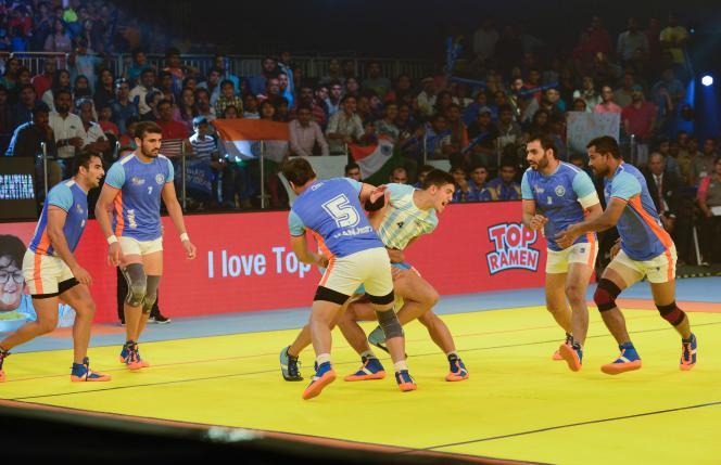 Un Argentin est capturé par ses adversaires indiens lors de la Coupe du monde de kabaddi.
