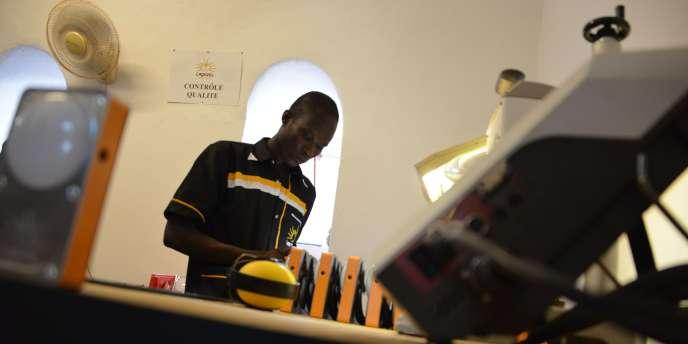 Dans l'usine de fabrication des lampes Lagazel , à Dedougou, au Burkina Faso, qui a ouvert le 13 octobre 2016.