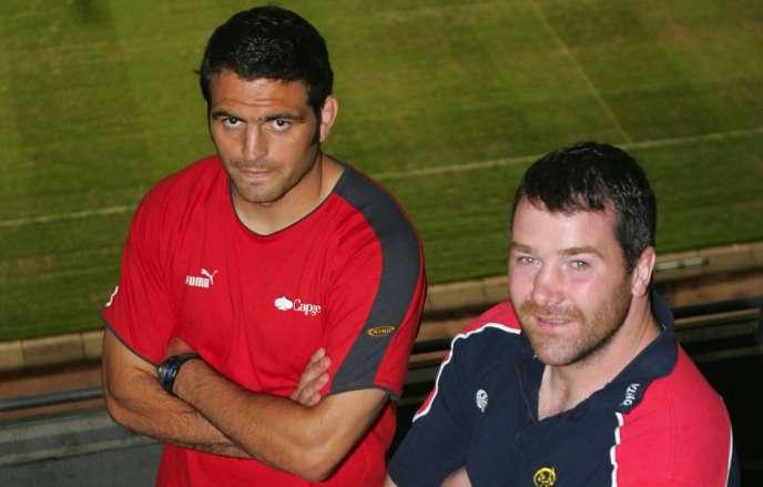 Anthony Foley (à droite) en 2006, à l'époque où il était le capitaine du Munster,aux côtés du BiarrotThomas Lievremont, avant la finale de la Coupe d'Europe à Cardiff.