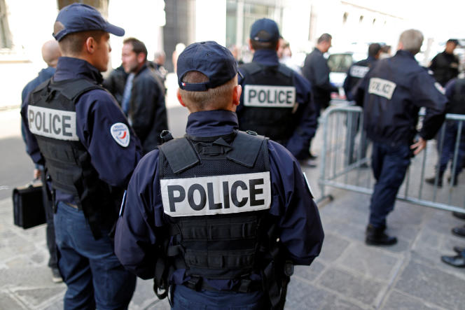 Des policiers devant un commissariat à Paris, le 11 octobre 2011.