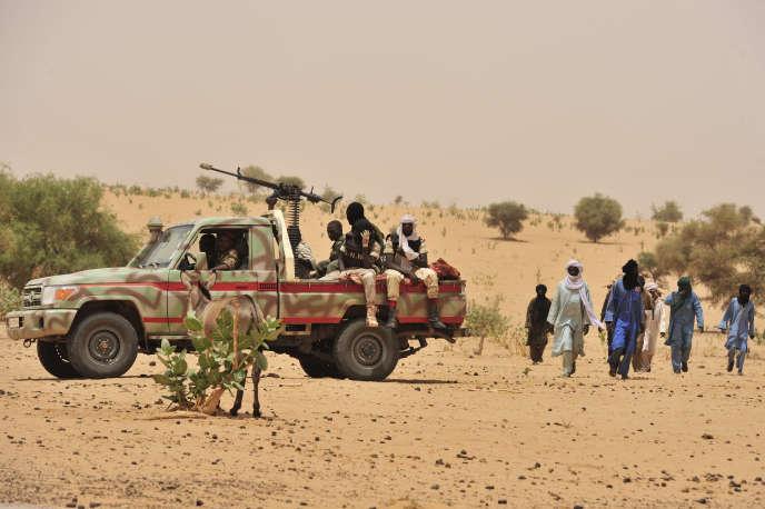 Des habitants d'Abalak passent près d'un pick-up de la garde nationale du Niger, en 2012. L'otage américaine a été enlevé dans cette ville du centre du pays.