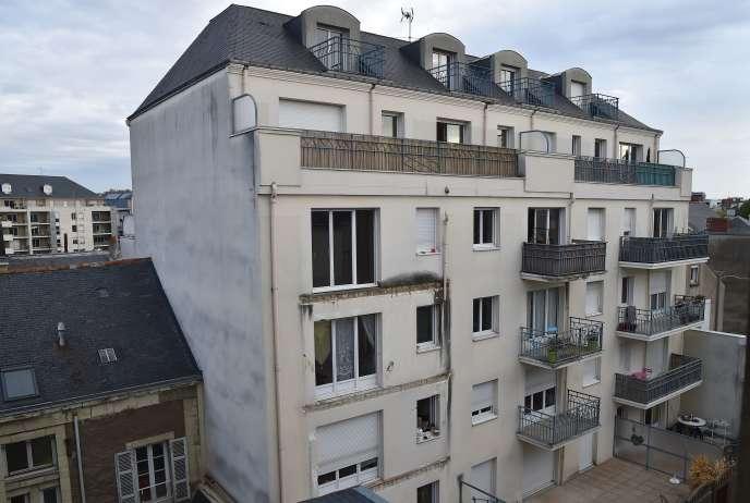 Le balcon du 3e étage de ce batiment récent s'est effondré, entraînant les balcons des deux étages en dessous.