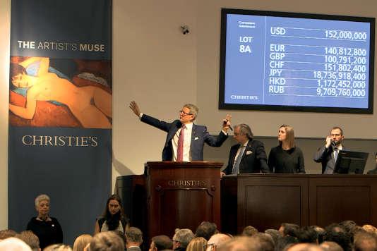 La toile «Nu couché», considérée comme une des œuvres majeures du peintre italien Modigliani , a été adjugée pour 170,4millions de dollars lors de la vente aux enchères «La muse de l'artiste» chez Christie's à New York en novembre 2015.