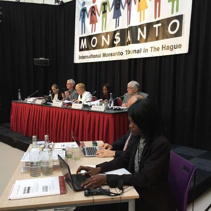 Au Tribunal Monsanto, à La Haye (Pays-Bas), en octobre 2016, cinq juges internationaux écoutent les témoins venus du monde entier.