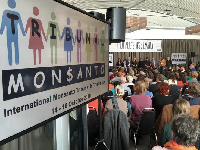 Parallèlement au tribunal Monsanto, à La Haye, se tenait l'Assemblée des peuples pour dénoncer les méfaits des firmes chimiques et leur mainmise sur l'agriculture.