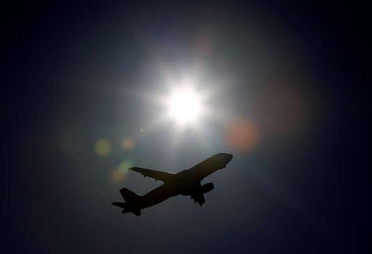 Un vol commercial quitte l'aéroport de Genève, le 12 avril.