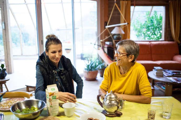 Maria (à gauche), arrivée du Kosovo en 2013, a fait une demande d'asile en France. Elle est hébergée par Elisabeth (à droite) et Pierre, membres du CARM (Collectif d'accueil des réfugiés en Matheysine) à Roizon, sur le plateau Matheysin (Isère).