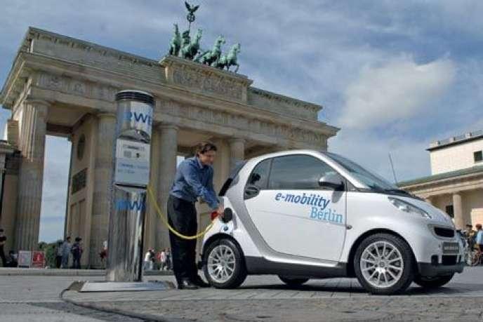 Une Smart devant la porte de Brandebourg. Malgré les aides du gouvernement fédéral, l'auto électrique peine à séduire les entreprises allemandes.