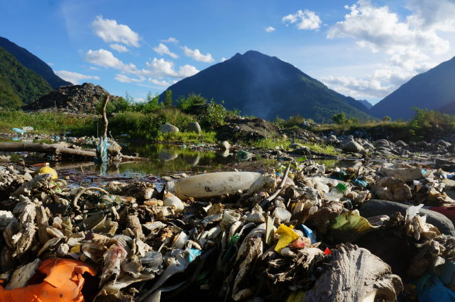 Une décharge d'ordures avec une vue des Pyrénées au fond.