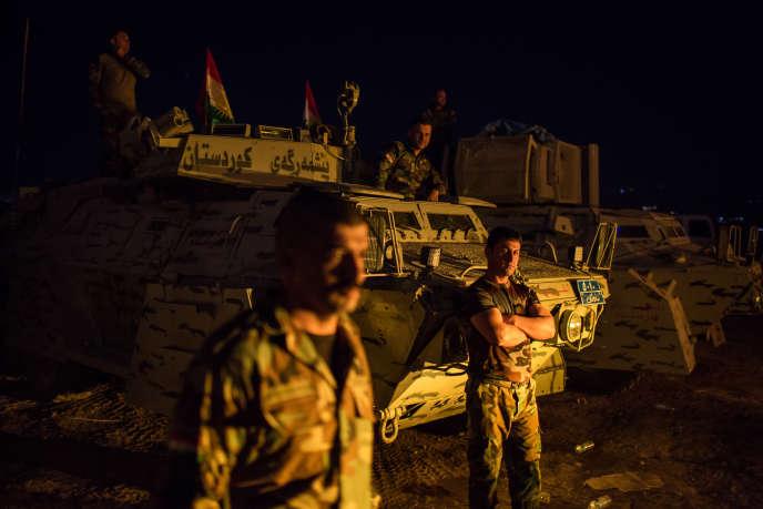 Position de peshemergas dans le secteur de Khazir. Les hommes se préparent pour l'offensive qui a lieu à l'aube.Village de Qaryat Asqafn, Irak, le 17 octobre.