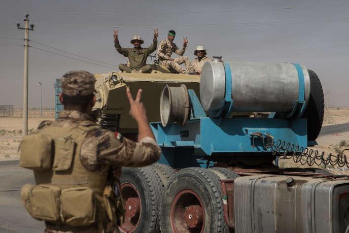 Brigade de l'armée irakienne qui se déplacent en convoi dans le but de se déployer dans le sud de Mossul. Ils viennent du sud de l'Irak majoritairement chiites. Photo prise à Makhmour.