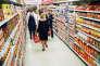 Hillary Clinton, accompagnée de ses gardes du corps, en campagne pour sa réforme de la santé, dans un supermarché de Washington, le 2 mai 1994.