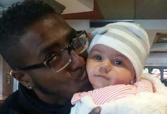 Djenah avec son père, Steeve Beni Y Saad, individu de couleur noire, âgé de 28 ans, suspecté de l'avoir enlevé.