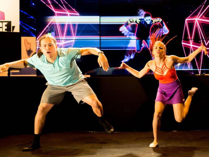 Deux danseurs en démonstration sur la scène d'Ubisoft, à la Paris Games Week 2015.