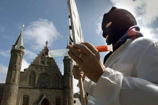 Un manifestant lors d'un mouvement de protestation contre l'euthanasie devant le Ridderzaal à La Haye, le 10 avril 2001.
