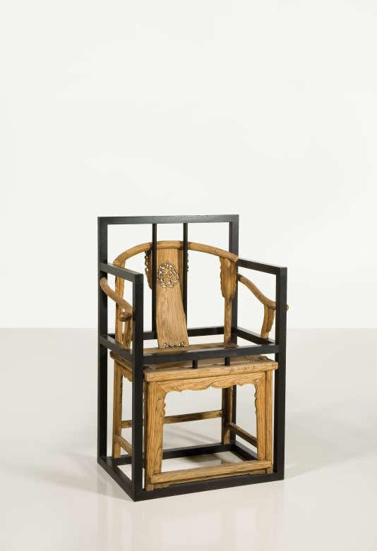 Fauteuil sculpture « Boundary» en bois enchassé dans le métal (1995), de Shao Fan.