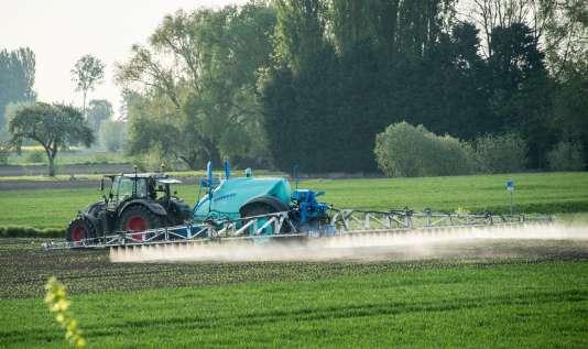 Epandage de pesticide le 9 mai 2016 à Fromelles, près de Lille.