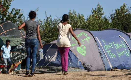 Des migrants dans le camp de Norrent-Fontes, dans le Pas-de-Calais.