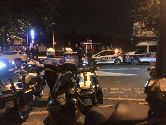 Des policiers devant l'hôpital Saint-Louis à Paris.