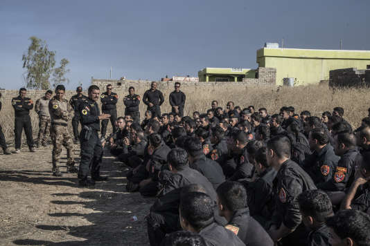 Le Major Salam, de la Golden Division, devant ses hommes à Tall Aswad, le16 octobre.