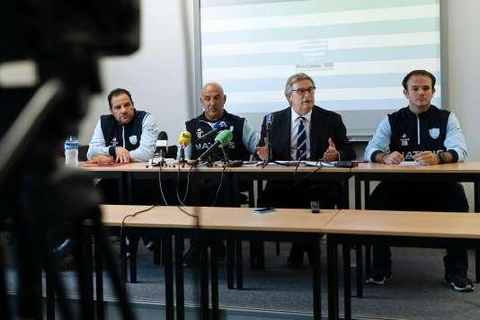 De gauche à droite: l'entraîneur duRacing 92 Laurent Labit, Laurent Travers, le président Jacky Lorenzetti et le docteur Sylvain Blanchard lors d'une conférence de presse le 28 octobre.