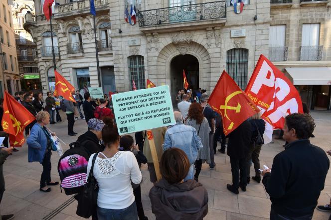 Manifestation d'opposants au projet de référendum sur l'accueil des migrants en marge du conseil municipal de Béziers, le 18 octobre.