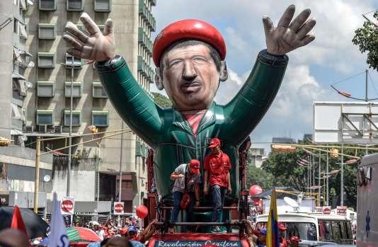 Des soutiens du président vénézuélien Nicolas Maduro manifestent avec un ballon représentant leprésident décédéHugo Chavez, à Caracas, le 18 octobre.
