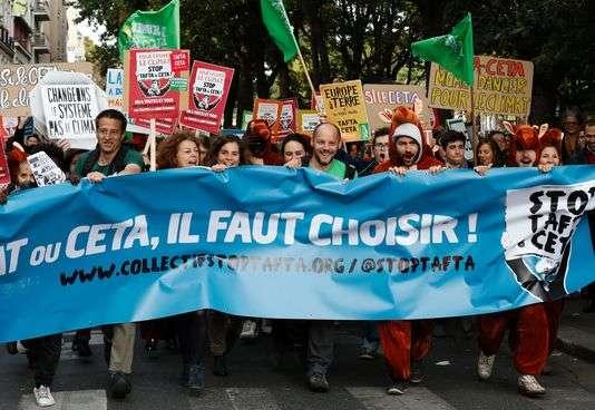 Manifestation contre les traités Tafta et CETA, le 15 octobre, à Paris.En savoir plus sur http://www.lemonde.fr/economie/article/2016/10/17/pourquoi-les-wallons-bloquent-le-ceta_5015033_3234.html#yAueRHPW2fa6uVCx.99