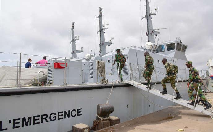 Des soldats ivoiriens embarquent à bord de l'Emergence, l'un des navires engagés dans des opérations antipiraterie, le 25 août, à Abidjan.