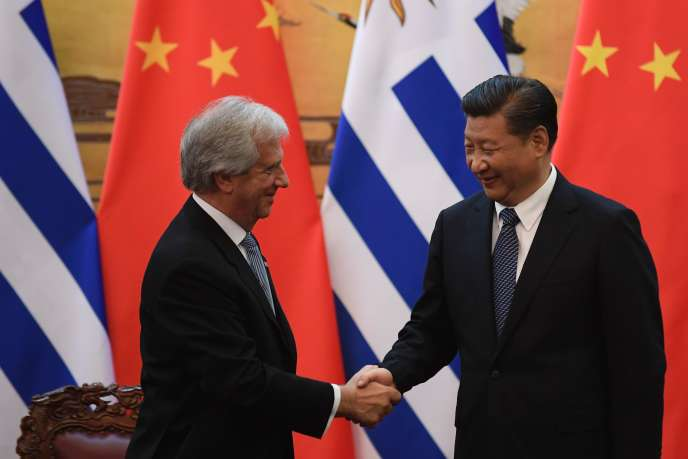 Xi Jinping et le président urugayen Tabare Vazquez à Pékin le 18 octobre 2016.