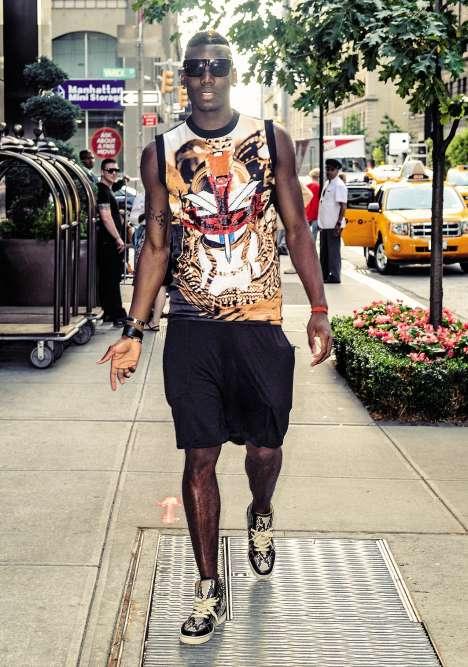 2014, fier-à-bras. Un an plus tard, et quelques victoires plus haut, Paul déambule dans les rues de New York. Désigné meilleur jeune joueur de la Coupe du monde 2014, le milieu de terrain arbore une spécialité locale: un «Muscle Tee» dont raffolent les amateurs de gonflette parce qu'il leur permet d'exhiber leurs beaux biceps sculptés. Le grand jeu? Pas vraiment. Mais, après tout, c'est les vacances.