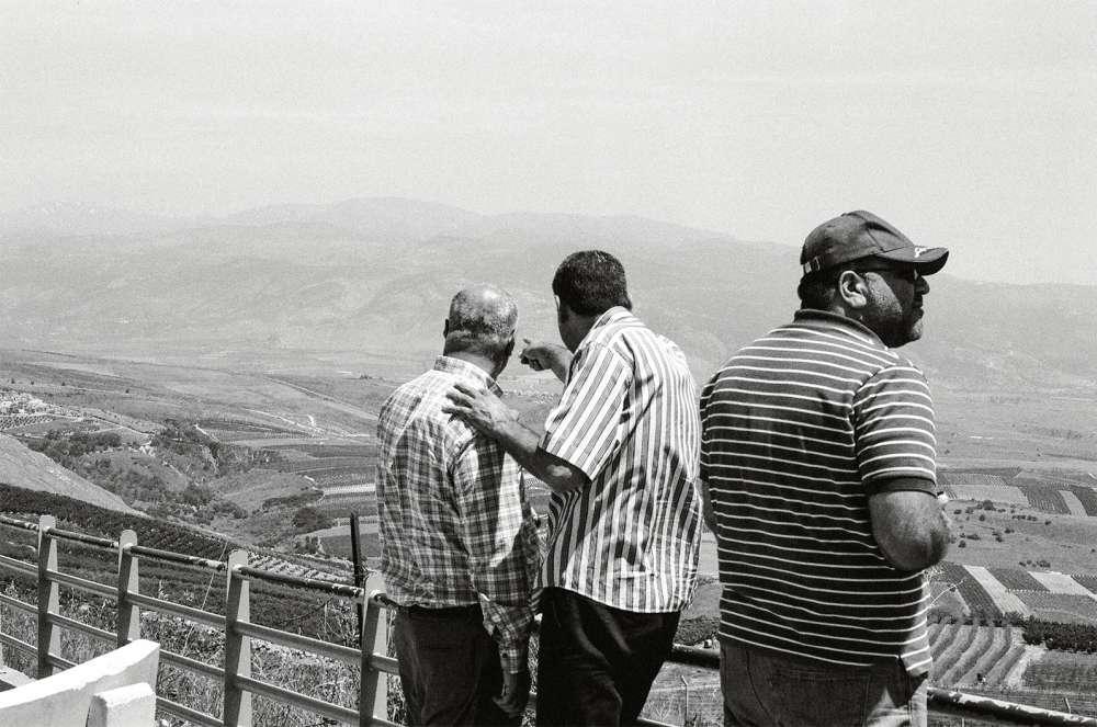 Au sud-est du Liban,des touristes libanais surle promontoire de Kfar-Kilaqui surplombe la «ligne bleue» et la Galilée.