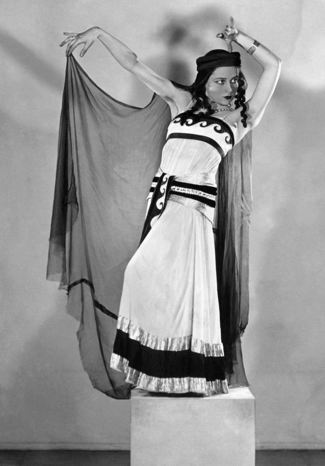 La danseuse étoile Yvette Chauviré à l'Opéra de Paris en novembre 1937.
