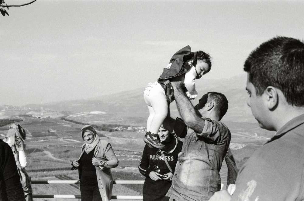 Des touristes libanais surle promontoire de Kfar-Kila.Le lieu, qui offre une vueplongeante sur le territoireisraélien, est très fréquenté.