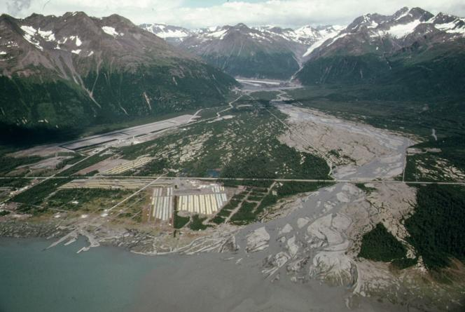 Bouches de la Valdez River, en 1974, à l'époque du chantier du pipeline trans-Alaska. La ville de Valdez est hors champ, à gauche.