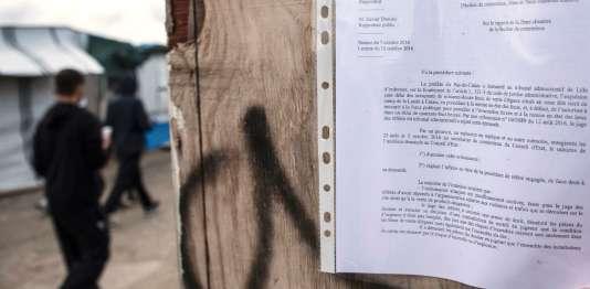 Dans la« jungle» de Calais, le 19 octobre, où est placardé l'avis d'évacuation.