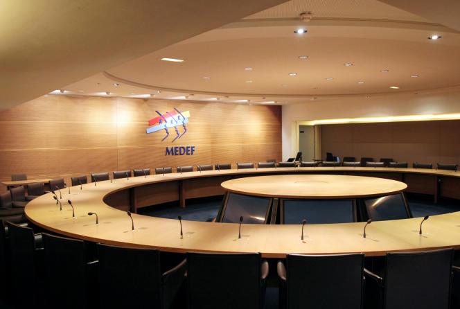 Vue d'une salle de réunion au Medef avec le logo à l'arrière-plan, au siège de l'organisation patronale à Paris le 18 mars 2009. AFP PHOTO JACQUES DEMARTHON / AFP PHOTO / JACQUES DEMARTHON