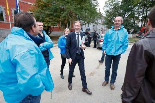 Paul Magnette, président socialiste de la Wallonie, rencontre, à la sortie du Parlement, à Namur, le 14 octobre,des membres de groupements d'éleveurs et d'agriculteurs hostiles au CETA.
