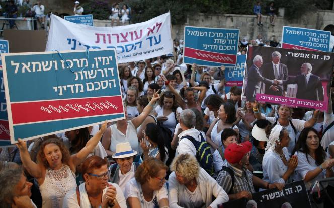 Des membres du mouvement Women Wage Peace manifestent en faveur de la paix devant la résidence du premier ministre israélien, Benyamin Nétanyahou, le 19 octobre à Jérusalem.