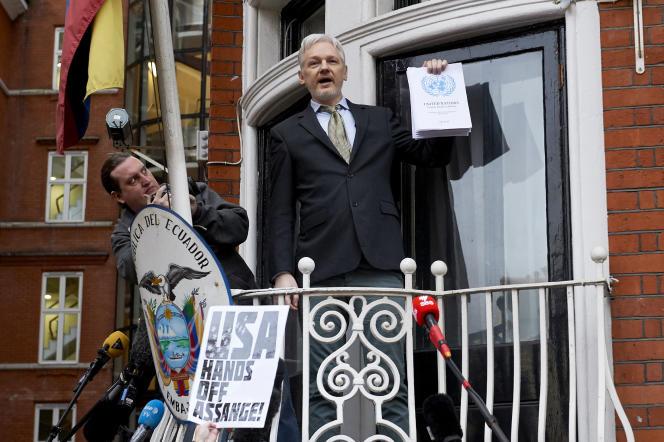 Le fondateur de WikiLeaks, Julian Assange, sur le balcon de l'ambassade de l'Equateur, le 5 février 2016 à Londres.