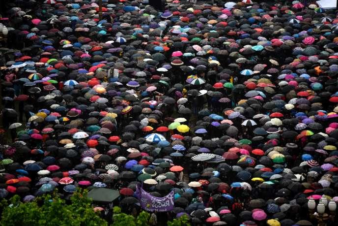 Des dizaines de milliers de personnes ont convergé, sous la pluie, sur l'emblématique place de Mai.