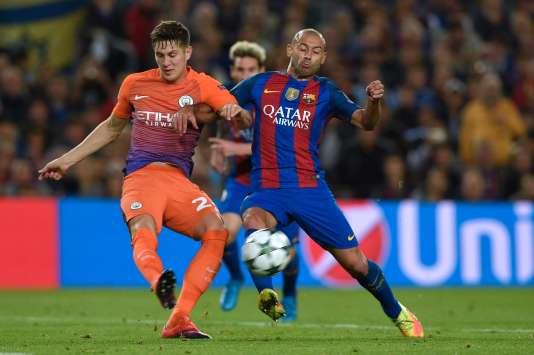 Le défenseur du Barça Javier Mascherano (droite) face à John Stones, de Manchester City, lors de la Ligue des champions, mercredi 19 octobre à Barcelone.