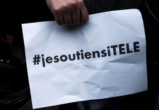 Manifestation de soutien aux journalistes en grève à i-Télé, devant le siège social de la chaîne d'information, à Boulogne-Billancourt, le 19 octobre.