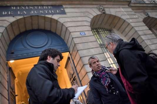 Devant le ministère de la justice,Frédéric Lagache, secrétaire général adjoint du syndicat policier Alliance (au centre) répond aux questions des journalistes après son entrevue avec les ministres de la Justice et de l'Intérieur, place Vendôme, à Paris, le 19 octobre.