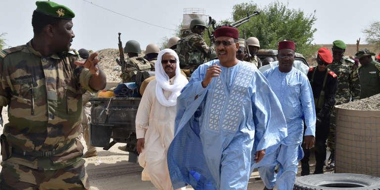 Mohamed Bazoum, ministre de l'intérieur nigérien, arrive au camp militaire de Bosso, le 17 juin 2016, après l'attaque de Boko Haram.
