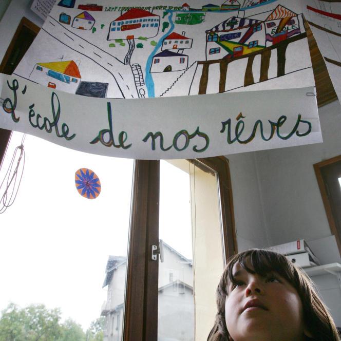 Un dessin ornant le plafond d'uneclasse de l'école de l'Espérou (Gard),le 2 octobre 2007.