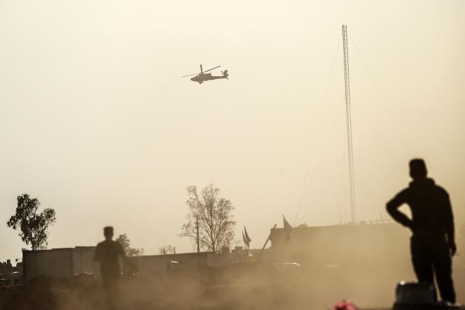 Un hélicoptère survole une base militaire de Qayyarah, à 60 kilomètres au sud de Mossoul, centre logistique de l'offensive pour reprendre la ville irakienne.