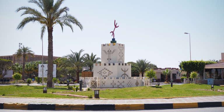 Sur la place centrale de Zouara, momunent dédié à la communauté amazighe, le 10 avril.