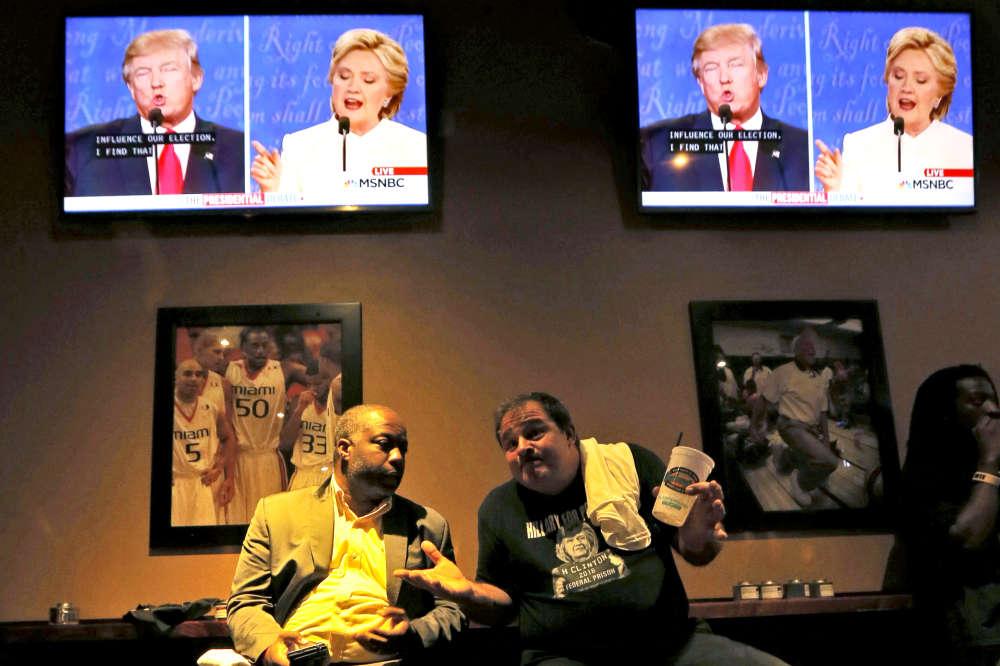 Ruben Antonio Sebastian et Ralph Kenol commentent le débat au Sports Bar & Grill de Miramar (Floride).